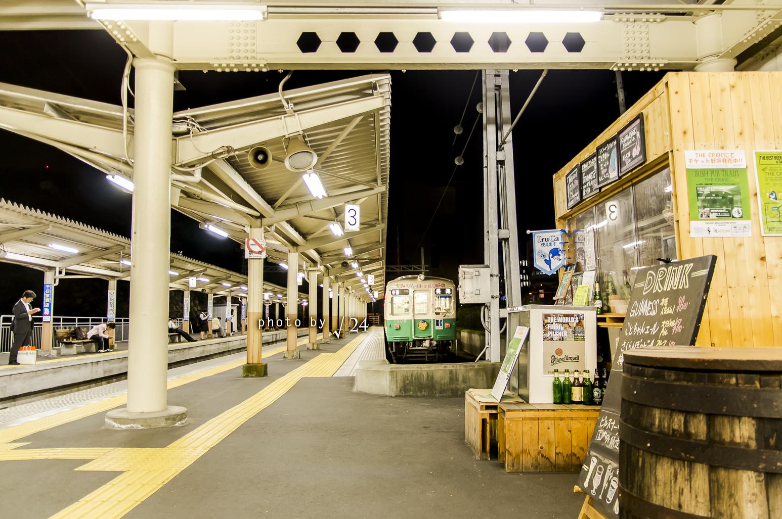 人を待つ電車。電車を待つ人。